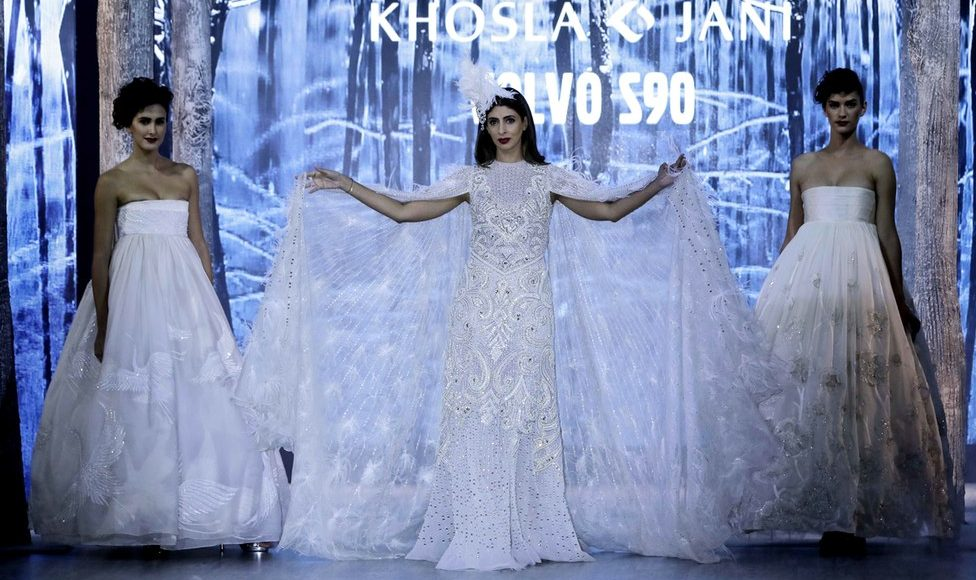 Shweta Bachchan Nanda walks the ramp and looks Stunning in Abu Jani and Sandeep Khosla's outfit